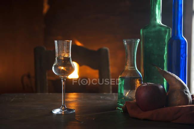 Выстрел стекла и бутылки перед открытым огнем — стоковое фото