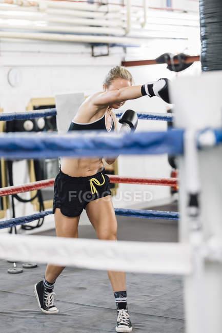 Kaukasische Boxerin Stanz im Boxring — Stockfoto