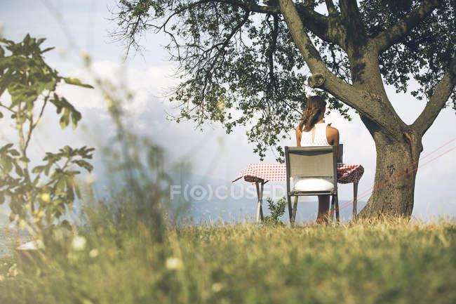 Італія, озеро Гарда, молода жінка, сидячи за столом з ноутбуком — стокове фото