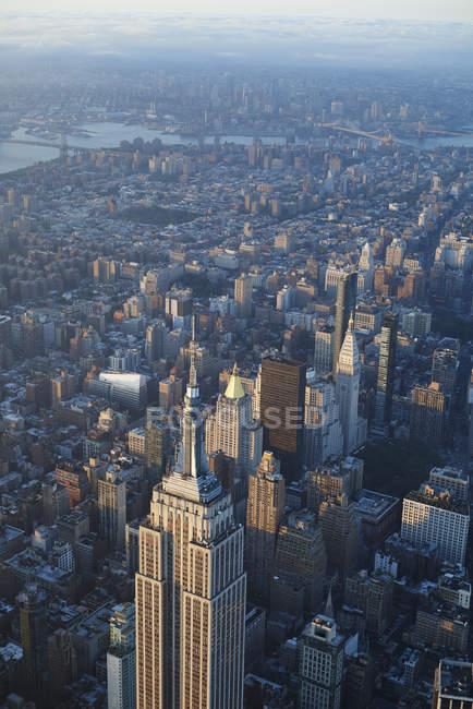 Вид на Емпайр-Стейт-Білдінг в Манхеттен, Нью-Йорк, штат Нью-Йорк, США — стокове фото