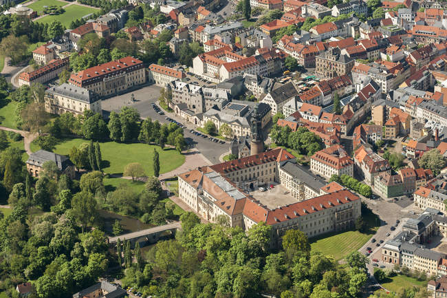 Alemania, Weimar, vista aérea del casco antiguo con castillo - foto de stock
