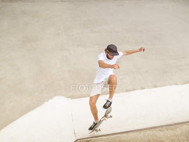 Young man skateboarding in skate park — Stock Photo