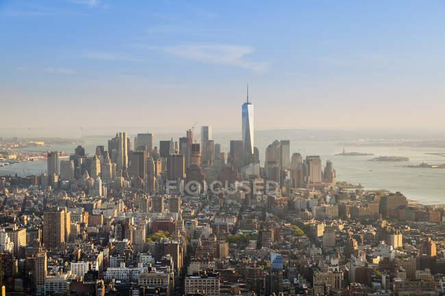 Estados Unidos, Nueva York, Manhattan, distrito financiero al atardecer visto desde arriba - foto de stock
