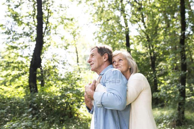 Активні милий старший пара обіймати разом на відкритому повітрі — стокове фото