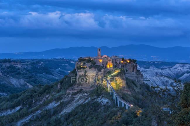 Italia, Lazio, vista a Civita di Bagnoregio a la hora azul - foto de stock