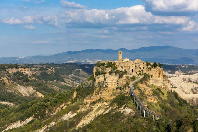 Italia, Lazio, vista a Civita di Bagnoregio en la colina - foto de stock