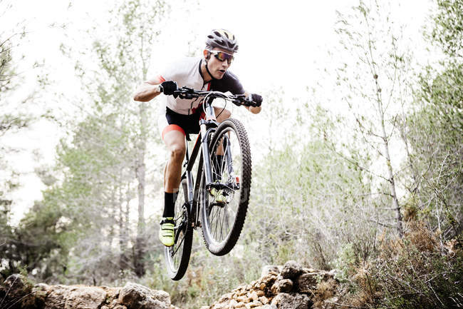 Mountainbiker jumping midair at daytime — Stock Photo