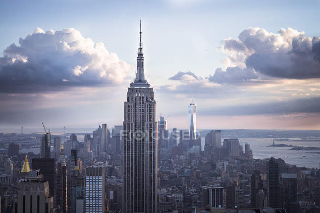 США, Нью-Йорка Манхеттен з Емпайр-Стейт-Білдінг на заході сонця — стокове фото