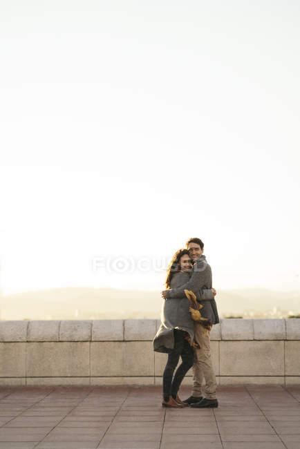 Coppie felici nell'amore che abbraccia sulla terrazza — Foto stock