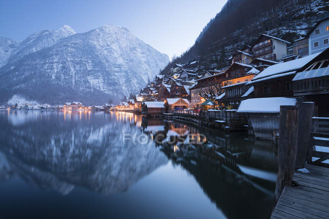 Austria, Salzkammergut, Hallstatt in winter and hill on background — Stock Photo