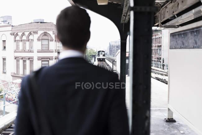 Empresário assistindo partida de trem, Nova York, EUA — Fotografia de Stock