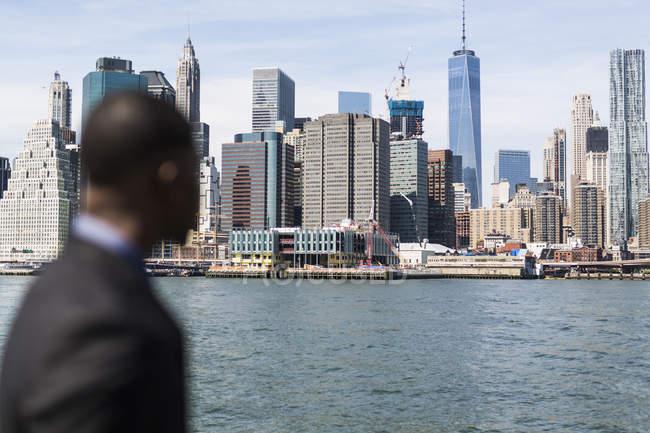 USA, Brooklyn, veduta sullo skyline di Manhattan con l'uomo d'affari in primo piano — Foto stock