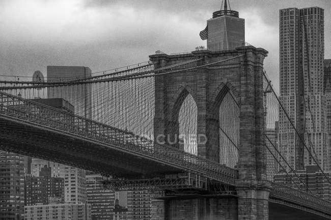 EUA, Nova York, Brooklyn Bridge, preto e branco — Fotografia de Stock