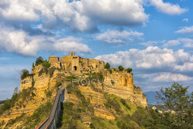Italia, Lazio, vista a Civita di Bagnoregio al atardecer - foto de stock