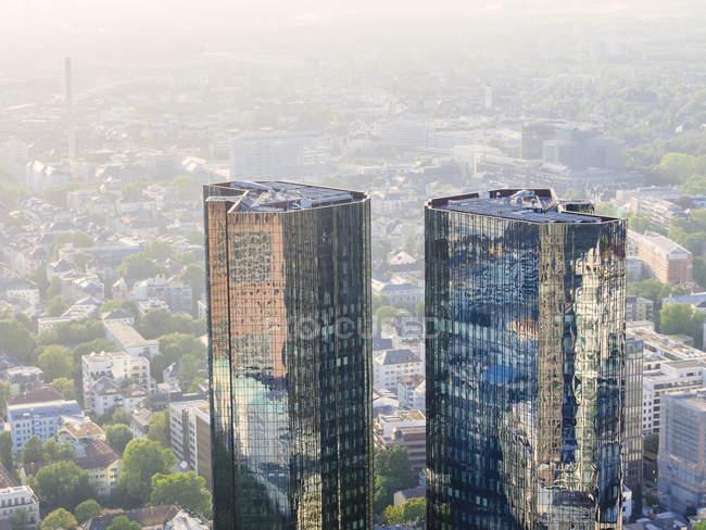 Deutschland, Frankfurt, moderne Wolkenkratzer mit Reflexionen an Fassaden — Stockfoto