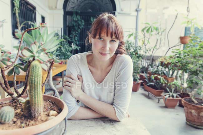 Женщина сидит за столом на средиземноморской террасе — стоковое фото