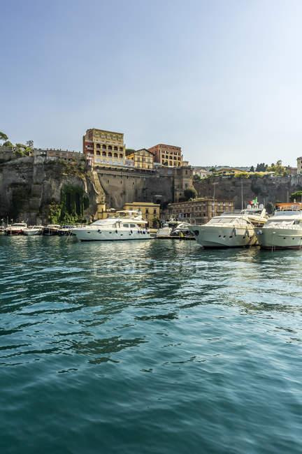 Italien, Kampanien, Sorrent und festgemachten Boote über das Wasser — Stockfoto
