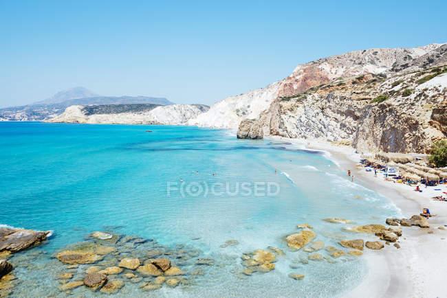 Милос, Греция, Firiplaka пляж с бирюзовой водой — стоковое фото