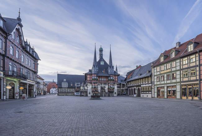 Alemania, Wernigerode, ayuntamiento y plaza del mercado - foto de stock