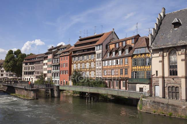 Francia, Strasburgo, case rafforzate metà al fiume Ill, patrimonio mondiale dell'Unesco — Foto stock