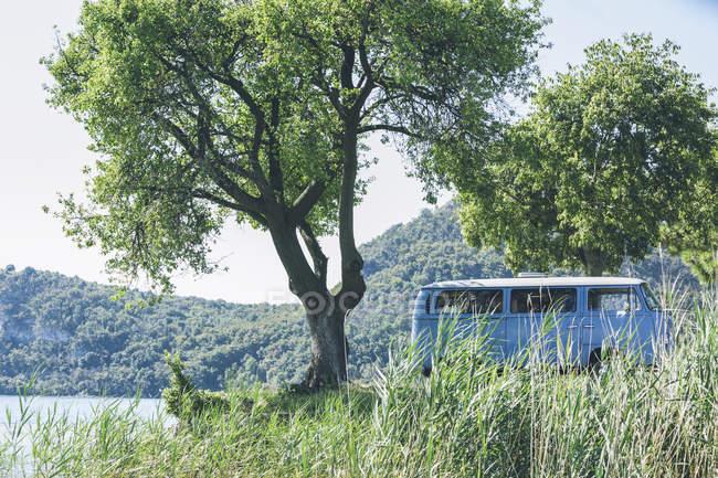Italy, Lake Garda, camping bus at lakeshore — Stock Photo