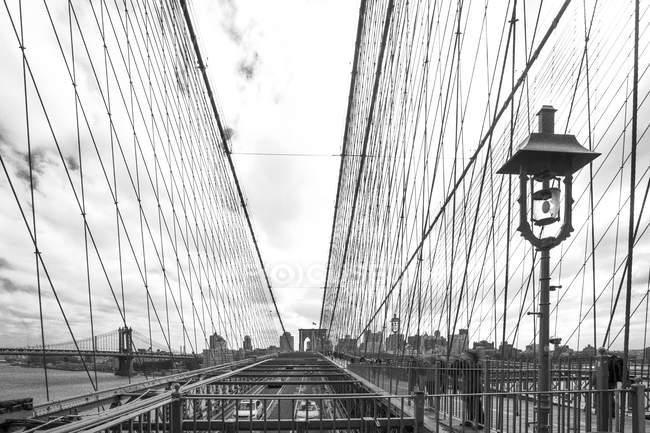 Соединенные Штаты Америки, New York City, part of Brooklyn Bridge — стоковое фото