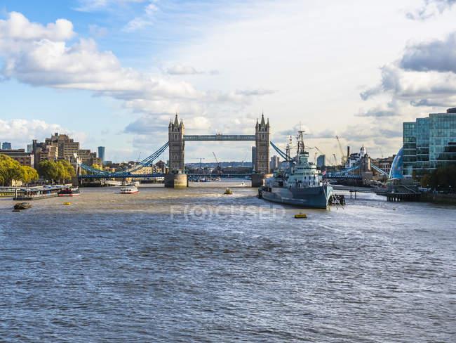 Reino Unido, Londres, vista para museu navio HMS Belfast no rio Tâmisa com Tower Bridge em segundo plano — Fotografia de Stock