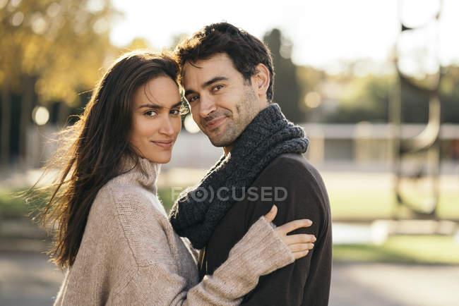 Retrato de pareja cariñosa enamorada mirando a la cámara - foto de stock
