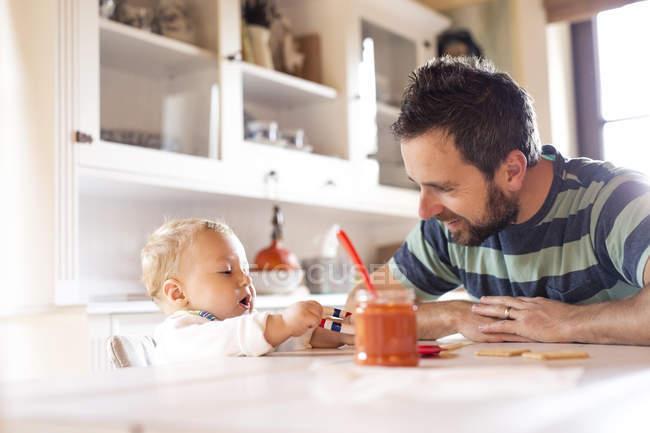 Батьком і дитиною вдома за обіднім столом — стокове фото