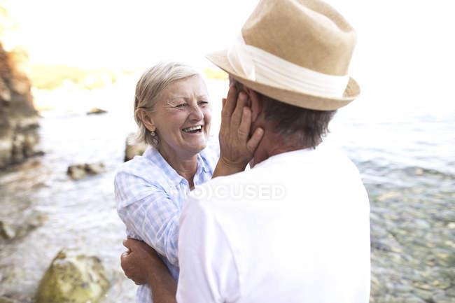 Активная милая пожилая пара обнимается на открытом воздухе — стоковое фото