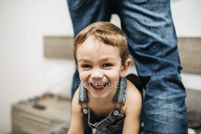 Портрет смеющегося маленького мальчика дома — стоковое фото