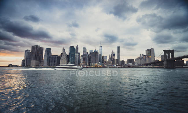 USA, New York City, Fähre am East River und Skyline der Stadt — Stockfoto