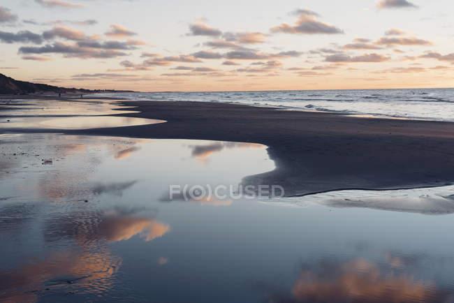 Plage tranquille de Danemark, Jutland du Nord, au coucher du soleil — Photo de stock
