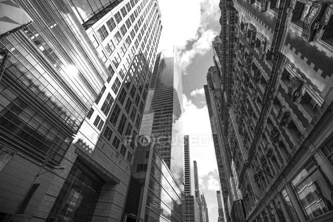 EUA, Nova York, desfiladeiro de rua de edifícios de arquitetura moderna — Fotografia de Stock