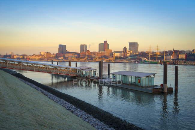 Allemagne, Hambourg, vue sur toits et Nothern rives de l'Elbe au crépuscule du matin — Photo de stock