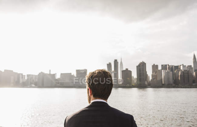Businessman looking at skyline of Manhattan, New York City, USA — Stock Photo