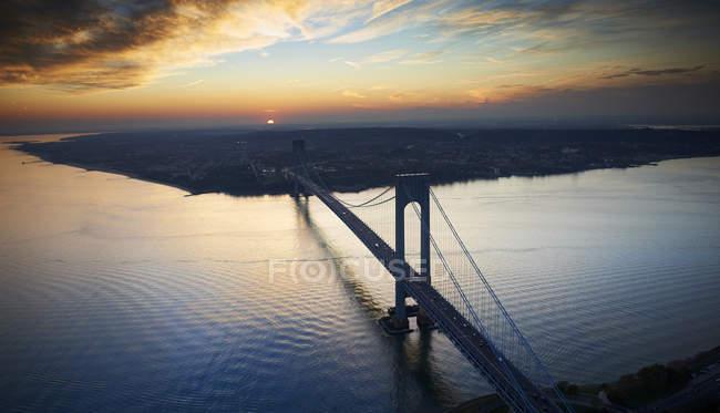 USA, New York, Verrazano-Narrows Bridge al crepuscolo visto dall'alto — Foto stock