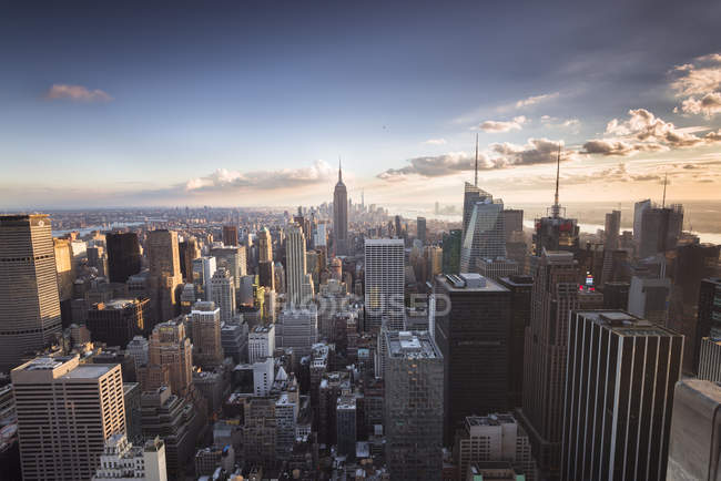 USA, New York City, Manhattan Skyline bei Sonnenuntergang — Stockfoto