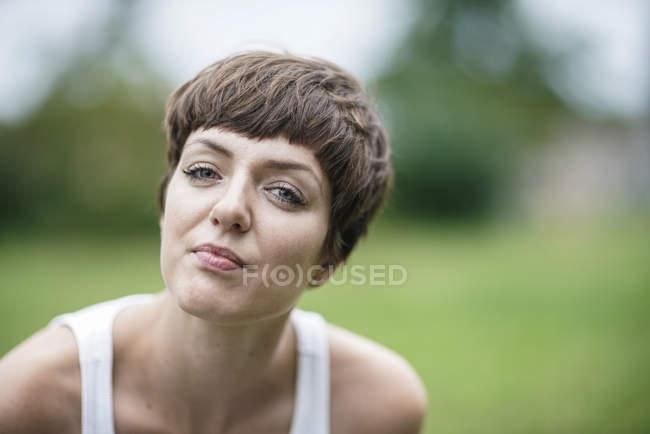 Ritratto di chiedere giovane donna — Foto stock