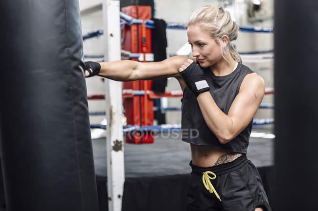 Boxerin Training am Boxsack — Stockfoto
