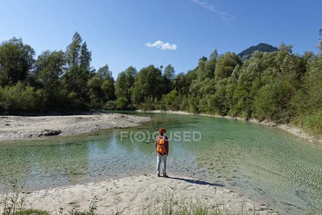 Германия, Бавария, Sylvenstein, подростковая туристы, принимая перерыв — стоковое фото