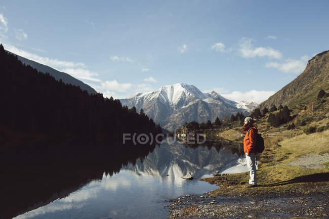 Frankreich, Pyrenäen, Carlit, Wanderer Rast am Bergsee — Stockfoto