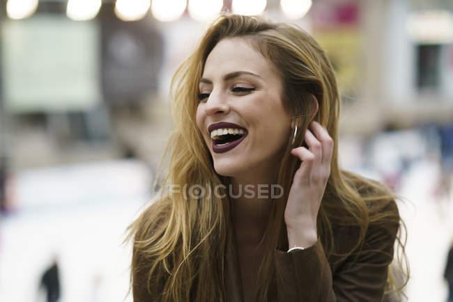 Retrato de la mujer rubia riendo - foto de stock