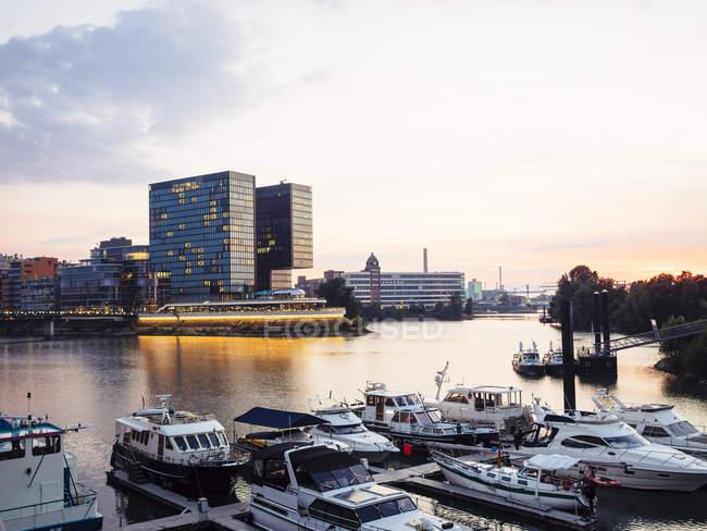Puerto de medios de comunicación de Alemania, Dusseldorf, con marina en el crepúsculo vespertino - foto de stock