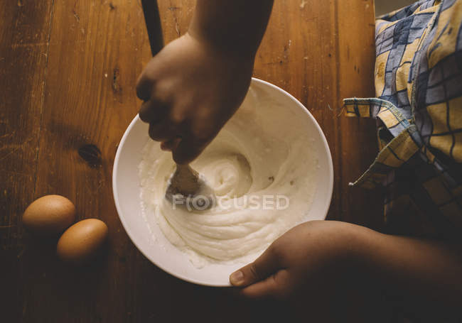 Девочка помешивая тесто для пирога — стоковое фото
