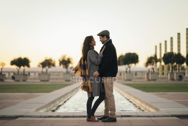 España, Barcelona, pareja enamorada cara a cara en ciudad - foto de stock