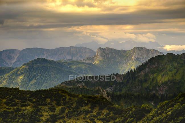 Allemagne, Bavière, Haute-Bavière, Chiemgau, Hochfelln, Découvre des collines au coucher du soleil — Photo de stock