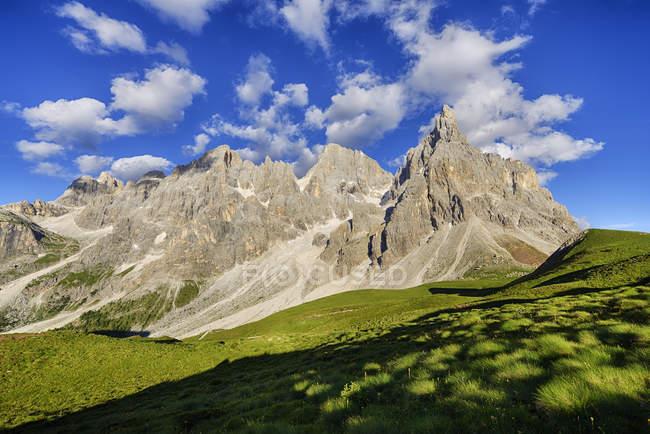 Италия, Трентино, Демитес, Пассо, горная группа Пале ди Сан Мартино с горой Чимон делла Пала — стоковое фото