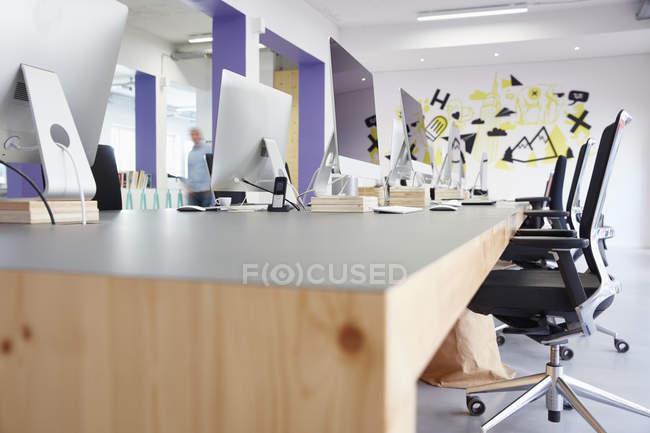 Інтер'єр світлі сучасні офісні з комп'ютерами — стокове фото