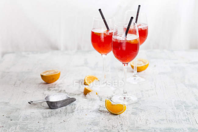 Aperol spritz cocktails with bitter liqueur, prosecco wine, sparkling mineral water and orange slices — Stock Photo